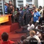 Eng gedrängt warten Dutzende Journalisten am Sonntagabend auf den Beginn der Pressekonferenz der Ghanaischen Wahlkommission.