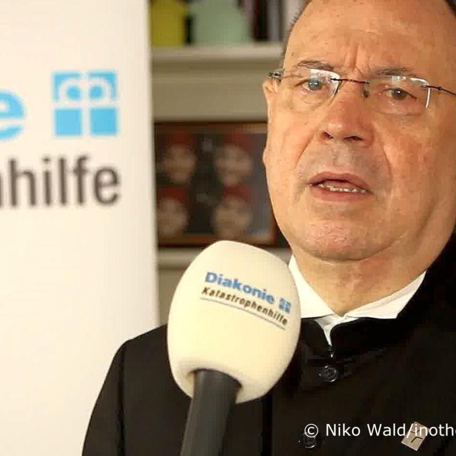 Nikolaus Schneider, EKD-Ratsvorsitzender, im Gespräch mit Diakonie Katastrophenhilfe. Foto: Niko Wald